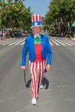 Honolulu Etats-Unis - 17 mars 2015 : Homme habillé comme Oncle Sam avec un g Images libres de droits