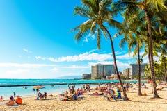 HONOLULU HAWAII - FEBRUARI 16, 2018: Sikt av den sandiga stadsstranden Kopiera utrymme för text arkivbilder