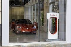 HONOLULU HAWAII LOS E.E.U.U. - 2 DE ABRIL DE 2019: Sala de exposici?n de Tesla Motors con un Tesla Model S en el primero plano fotografía de archivo libre de regalías