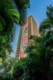 Honolulu, Hawaje Dec 13, 2018: Hilton hawajczyka Village's tęczy wierza widzieć palmowi fronds obrazy stock
