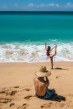 HONOLULU, los E.E.U.U. - AGOSTO, 14 2014 - gente que se divierte en la playa de Hawaii Imagenes de archivo