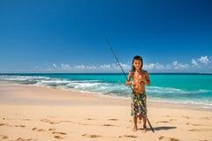 HONOLULU, los E.E.U.U. - AGOSTO, 14 2014 - gente que se divierte en la playa de Hawaii Imágenes de archivo libres de regalías