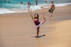 HONOLULU, los E.E.U.U. - AGOSTO, 14 2014 - gente que se divierte en la playa de Hawaii Imagen de archivo