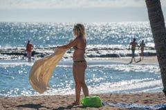 HONOLULU, los E.E.U.U. - AGOSTO, 14 2014 - gente que se divierte en la playa de Hawaii Foto de archivo libre de regalías