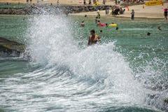 HONOLULU, los E.E.U.U. - gente que se divierte en la playa del waikiki foto de archivo