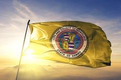 Honolulu-Stadthauptstadt von Hawaii des Flaggentextilstoffgewebes Vereinigter Staaten, das auf den Spitzensonnenaufgangnebelnebel stockbilder