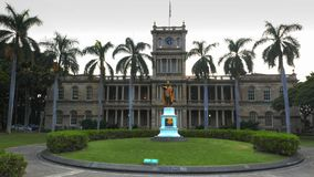 HONOLULU, UNITED STATES OF AMERICA - JANUARY 15 2015: aliiolani hale building in honolulu and the king kamahameha statue. HONOLULU, UNITED STATES OF AMERICA royalty free stock photos