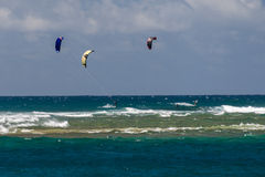 HONOLULU, USA - AUGUST, 14 2014 - People having fun at hawaii beach with kitesurf Royalty Free Stock Photography