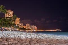 HONOLULU USA - AUGUSTI, 14 2014 - folk som har gyckel på natten på den sandiga stranden för waikiki Fotografering för Bildbyråer