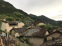 Honom gammalt hus på foten av kullen royaltyfri bild