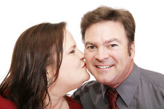 honom kyssromantiker royaltyfria bilder
