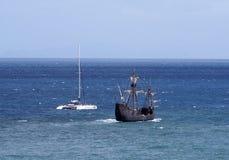 honom skepp för kopiaSanta Maria segling som lämnar funchal i madeira med en katamaran på en kust- turist- tur royaltyfri bild