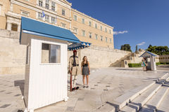 Honorary guard (tsolias) infront of the Greek parliament Royalty Free Stock Photos