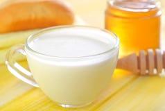 Honung bröd och mjölkar Royaltyfri Bild