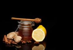 Honung, citron och kryddor arkivfoton