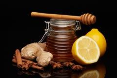 Honung, citron och kryddor arkivbilder
