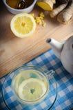 Honung, citron och ljust rödbrun drink royaltyfria bilder