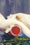 Honung i en glass krus med melliferous örter för blommor Arkivfoton