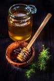 Honung i en glass krus och i en bunke Arkivfoto