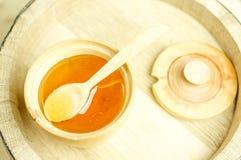 Honung i en träbunke arkivfoton