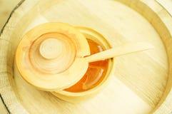 Honung i en träbunke arkivfoto