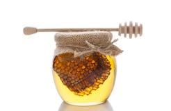 Honung i exponeringsglas på vit. Royaltyfria Bilder