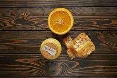 Honung med apelsinen på trä Arkivbild