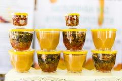 Honung med torkade frukter och muttrar Arkivfoto