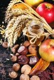 Honung, muttrar och äpplen Arkivfoto