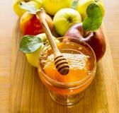 Honung och äpplet är symboler av det judiska nya året - roshhashanah Arkivfoto
