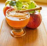 Honung och äpplet är symboler av det judiska nya året - roshhashanah Royaltyfri Bild
