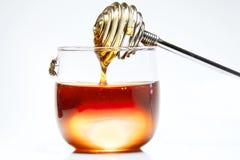 Honung och Honey Stick på vit bakgrund royaltyfri bild