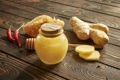 Honung och honungskaka med kryddor och pinnen Royaltyfri Bild