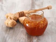 Honung- och ingefärablandning i krus Arkivbilder
