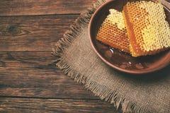 Honung på en trätabell, ovanför sikt Arkivbild
