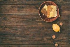 Honung på en trätabell, ovanför sikt Royaltyfri Fotografi
