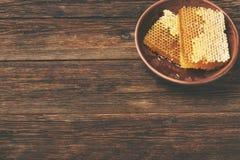 Honung på en trätabell, ovanför sikt royaltyfri foto