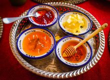 Honung, smör och driftstopp för frukost royaltyfri bild