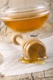 Honungdripper med någon bihonung Arkivfoton
