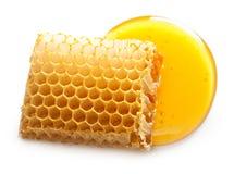 Honungdroppe och honungskaka Arkivbild