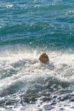 Honungfärggolden retriever i vågorna av havet Arkivfoto