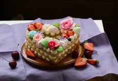 Honungkaka med mascarponekräm Royaltyfria Bilder