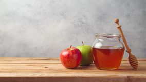 Honungkrus och äpplen på trätabellen Arkivbilder