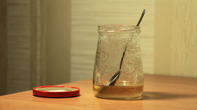 Honungkrus på tabellen Royaltyfri Bild