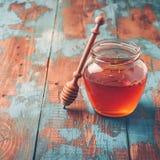 Honungkrus på trätabellen Fotografering för Bildbyråer