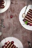 Honunglagerkakan med körsbär och mascarponen lagar mat med grädde Arkivbilder