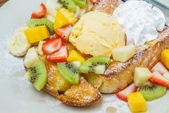 Honungrostat bröd med frukt Royaltyfria Bilder