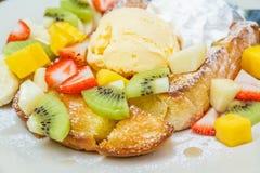 Honungrostat bröd med frukt Arkivfoton