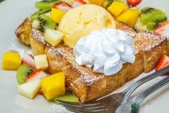 Honungrostat bröd med frukt Fotografering för Bildbyråer