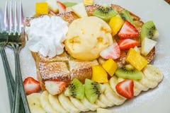 Honungrostat bröd med frukt Royaltyfri Bild